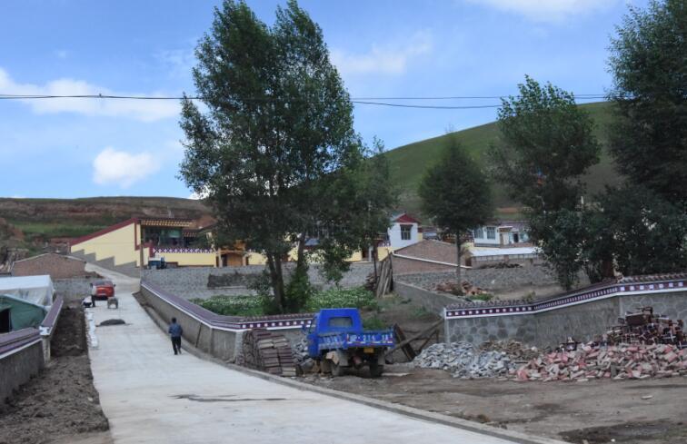 村里的施工队和群众们正忙碌着整洁庭院、硬化巷道、平整土地,机声隆隆,一派火热的景象。赵凌云一行,顶着烈日,沿着新建成的村道边走边看,来到建成不久的护村河提前,赵凌云对身边的市乡干部说,村道硬化和护村河提等基础设施建设是关乎群众切身利益的大事儿,也是生态文明小康村建设中的基础性工程,一定要科学规划,严把质量,紧密结合村情村貌实际,打造让政府满意、群众放心的民心工程。村文化活动广场边上,正在建设的嘛尼房,已见雏形,随行的干部说,这是为了满足群众对宗教文化活动的需求,按照群众意愿专门修建的,赵凌云一边点头