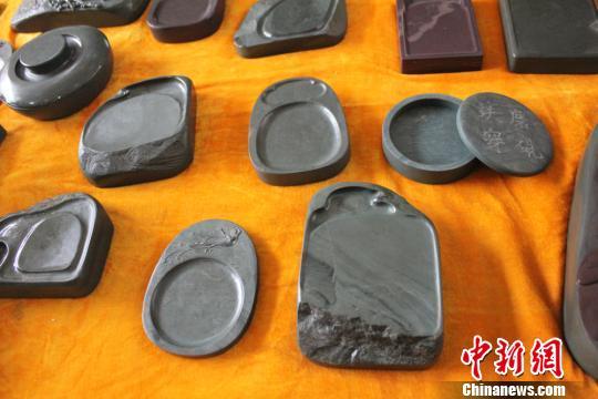 图为李海平创作的实用型洮砚。 徐雪 摄