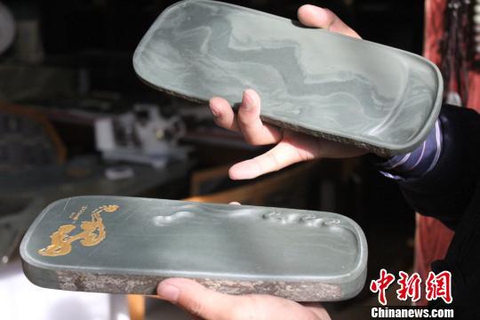 图为取材上乘的洮砚《中国龙》,因石材表面有形似龙的花纹而得名。 徐雪 摄