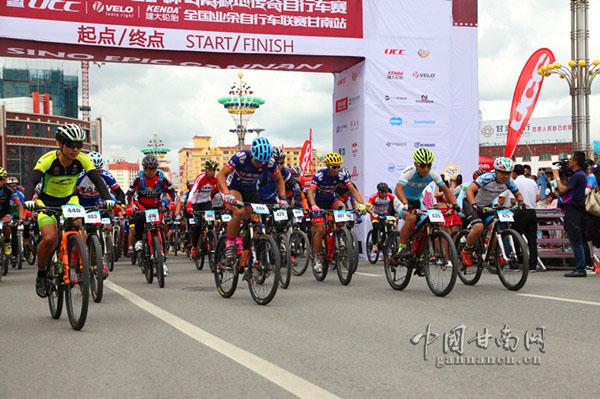 2017甘南藏地传奇自行车赛��UCC全国业余联赛甘南站开赛