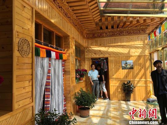 图为卓尼县博裕村的藏家乐吸引游客休闲体验。 徐雪 摄