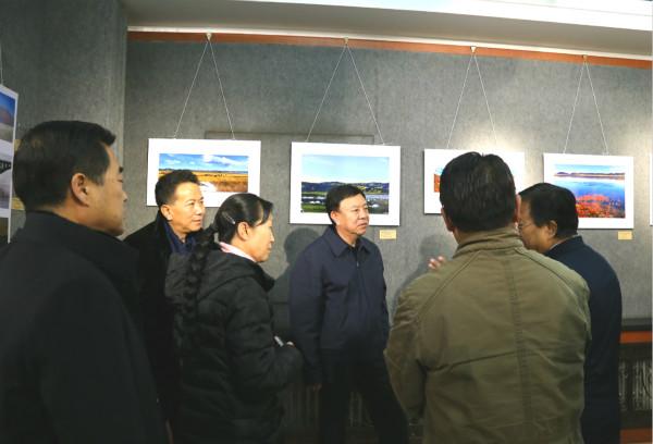 甘南州纪念改革开放40周年摄影展开展  俞成辉一行观看展览