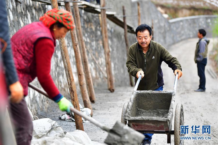 """(脱贫攻坚・图片故事)(9)扶贫相册――藏族村寨的脱贫""""贴心人"""""""