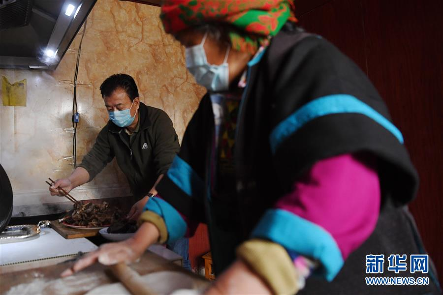 """(脱贫攻坚・图片故事)(12)扶贫相册――藏族村寨的脱贫""""贴心人"""""""