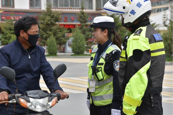"""【特写】 """"一盔一带"""":安全守护行动受好评"""